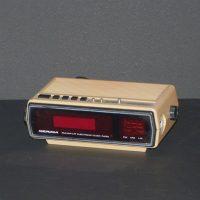 E16.4.10.radio-despertador-beige