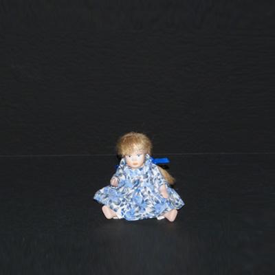 E17-2-6-muñequita-vestido-flores-azules