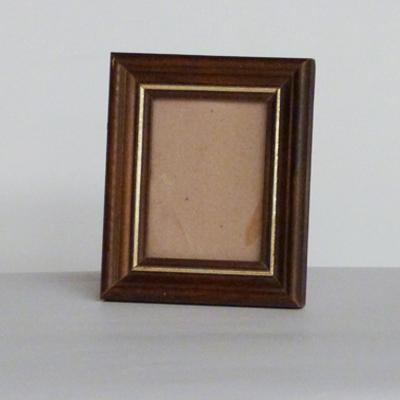 Marco de madera en color nogal con una linea dorada – El almacén de ...