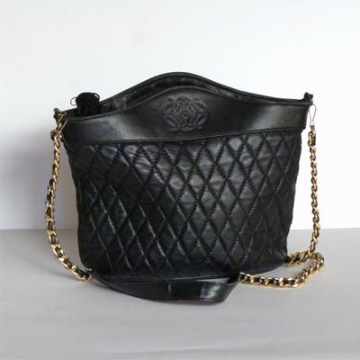 E25.2.2.bolso-negro-con-cadena-dorada