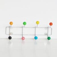 P4-p12-perchero-de-pared-metalico-bolas-de-colores