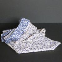 beige-flores-azules-inversa-faldon