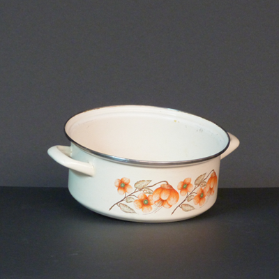 cacerola-blanca-flores-naranjas