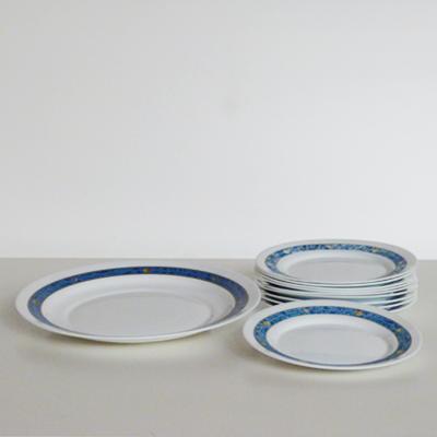 platos-y-fuente-cenefa-azul